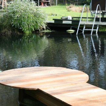 Holzsteg an einem Gartenteich